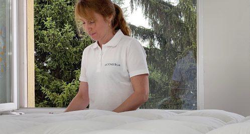 Eine Näherin von Dickenbergh bei der Arbeit